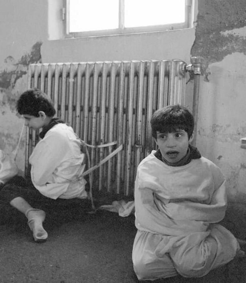 Аутизмтай хүүхдэд номхруулах цамц өмсүүлээд паарнаас уяж эмчилж байгаа нь - Испани, 1982 он