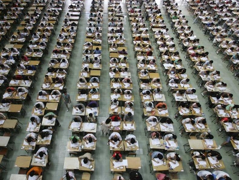 Донггуан их сургуулийн шалгалтын танхимд англи хэл, математик, хятад хэлний шалгалт өгч буй сурагчид