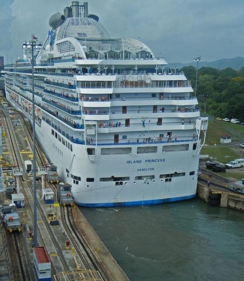 Панамын сувгаар дамжин өнгөрч буй хөлөг