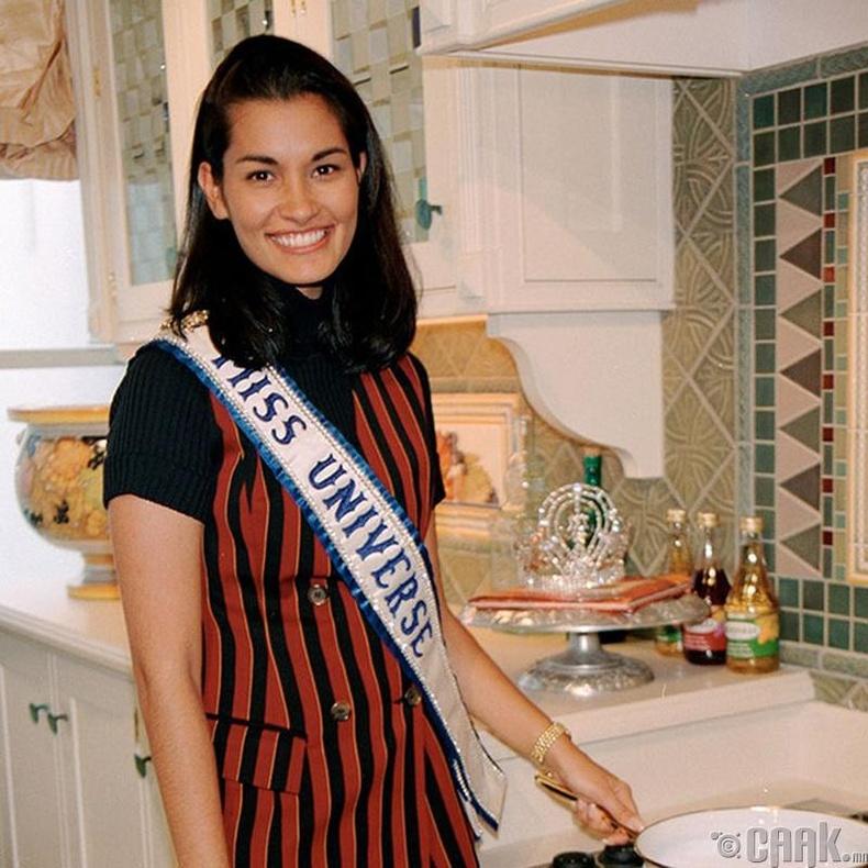 """""""Miss Universe-1997""""-ын ялагч: Америкийн гоо бүсгүй Брук Махелани Ли, 26 настай, 171 см өндөр."""
