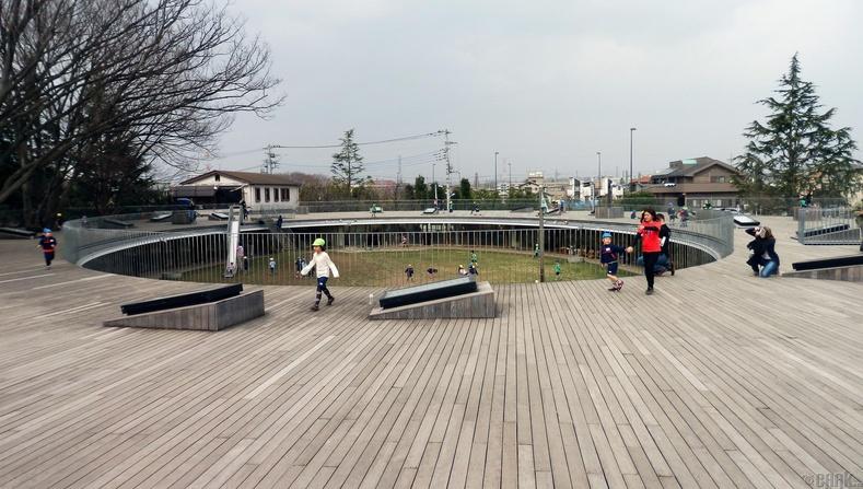 Дээвэр дээрээ тоглоомын талбайтай хүүхдийн цэцэрлэг