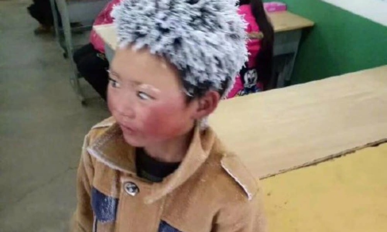 Хятадын Юннань мужид төвөөсөө хол амьдардаг энэ хүү өдөр бүр уулын замаар, хүйтэнд цаг гаруй алхаж хичээлдээ ирдэг
