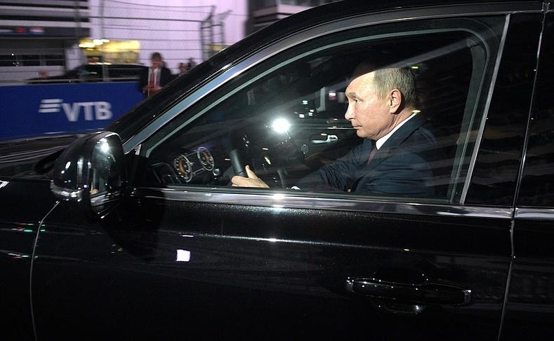 """ОХУ-ын ерөнхийлөгч Путины унадаг тансаг зэрэглэлийн """"Аурус"""" хүлгийг танилцуулж байна"""