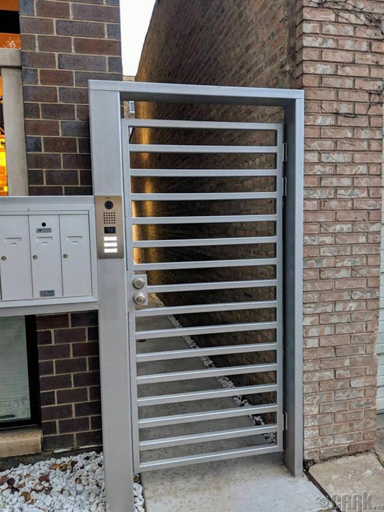 Хамгаалалт сайтай ч шат болж хувирдаг хаалга