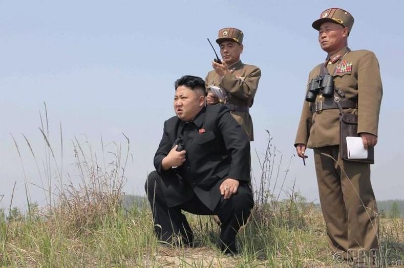 Солонгосын Ардын армийн 851-р цэргийн ангийн эмэгтэйчүүдийн пуужингийн сургуулилтыг ажиглаж буй нь, 2014 оны 4-р сарын 24