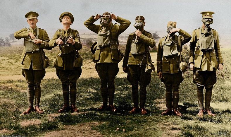 Хийн маск зөв ашиглахыг харуулж буй цэргүүд, 1916 он