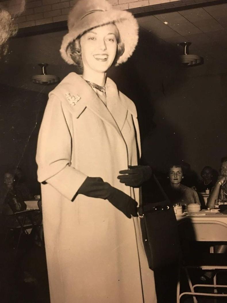 """""""1958 онд миний ээж загвар өмсөгч, аав маань орон нутгийн сонины эрхлэгч байсан. Аав энэ зургийг хараад, анхны харцаар дурласан гэсэн."""""""