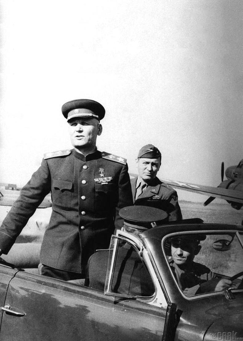 Украины 1-р фронтын командлагч, ЗХУ-ын маршал Иван Степанович Конев Америкчуудтай уулзахаар явж буй нь