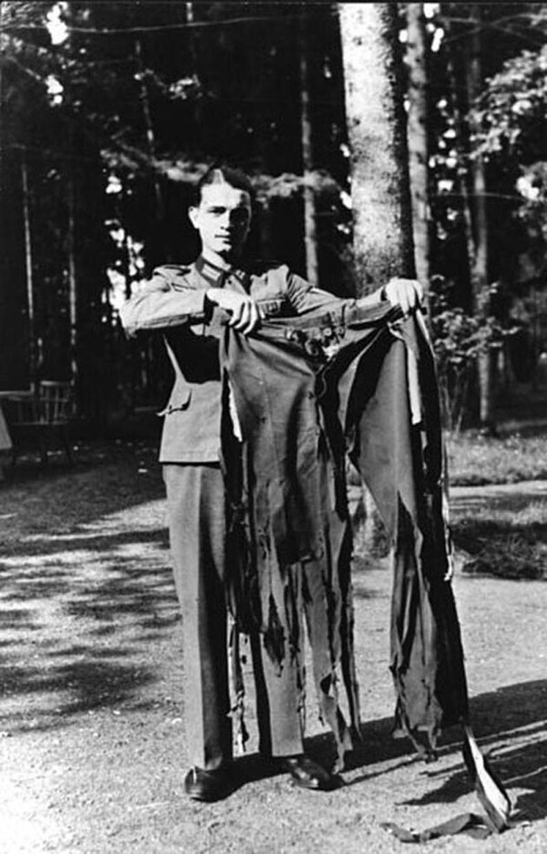 Адольф Гитлерийг хөнөөх амжилтгүй болсон оролдлогын дараа түүний өмдийг барьж буй нь. 1944