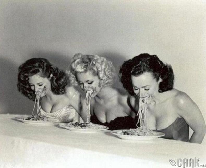 Загвар өмсөгчид шпагетти идэх тэмцээнд өрсөлдөж байгаа нь - 1951 он