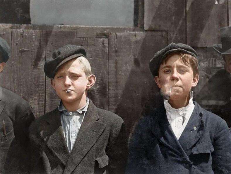 Сонин зардаг хөвгүүд тамхины завсарлагааны үеэр