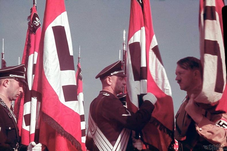 """Адольф Гитлер """"SS""""-ийн туг баригчдыг хүлээн авч буй нь - 1938 он"""