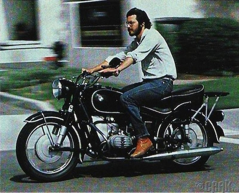 Стив Жобс (Steve Jobs) мотоцикл унан давхих үед