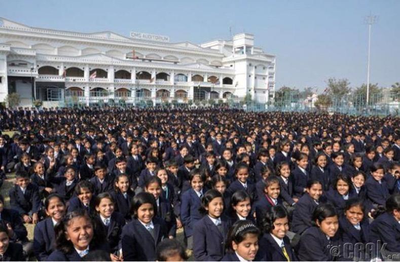 Энэтхэгт нэг сургуульд 32 мянган сурагч сурдаг