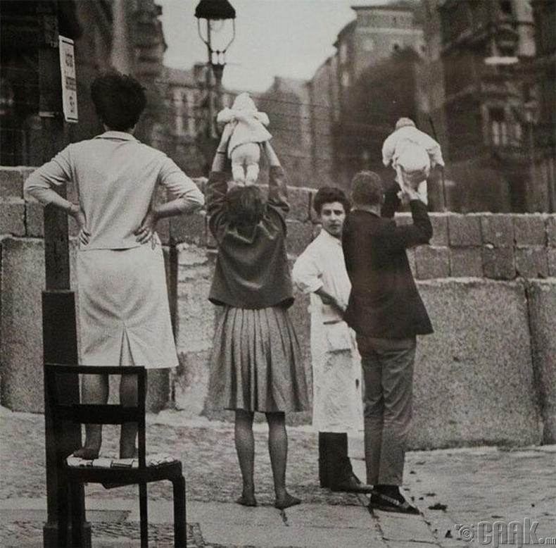 Баруун Берлинчүүд Зүүн Берлинд байгаа эцэг эхдээ ач нарыг нь харуулж байгаа нь - 1961 он