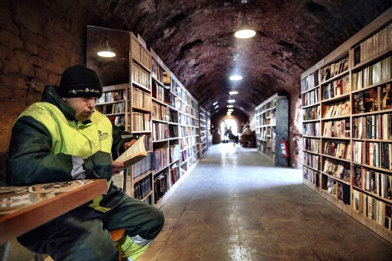 Анкарагийн цэвэрлэгээний ажилчид хүмүүсийн хаясан номнуудыг цуглуулж номын сан нээжээ
