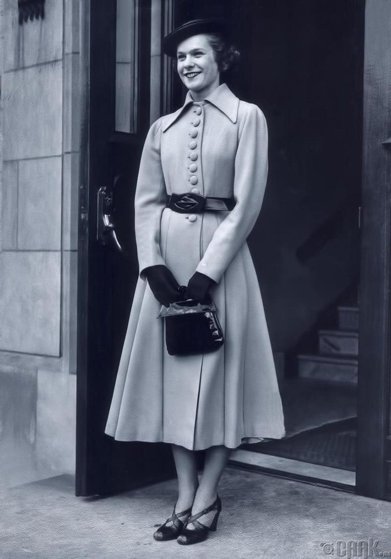 Загварлаг эмээ минь, 1938 он