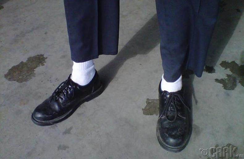 Хар гутал, цагаан оймс
