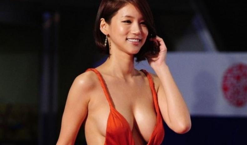 """""""Улаан хивс""""-ний ёслолд өмссөн хувцсаараа дуулиан тарьж байсан Солонгос одод"""