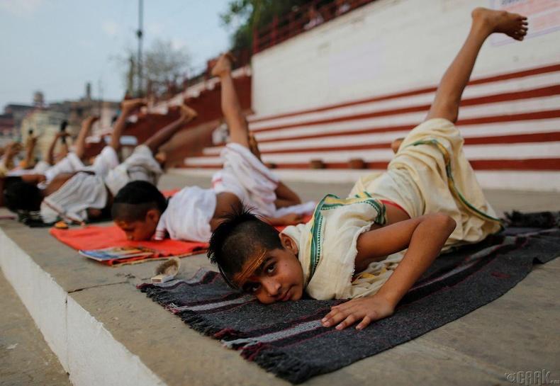 Шашны сургуулийн хүүхдүүд Варанаси дахь Ганга мөрний эрэг дээр иог хийдэг.