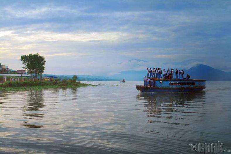 Индонезын Пангуруран тосгонд хүүхдүүд завиар сургуульдаа явна