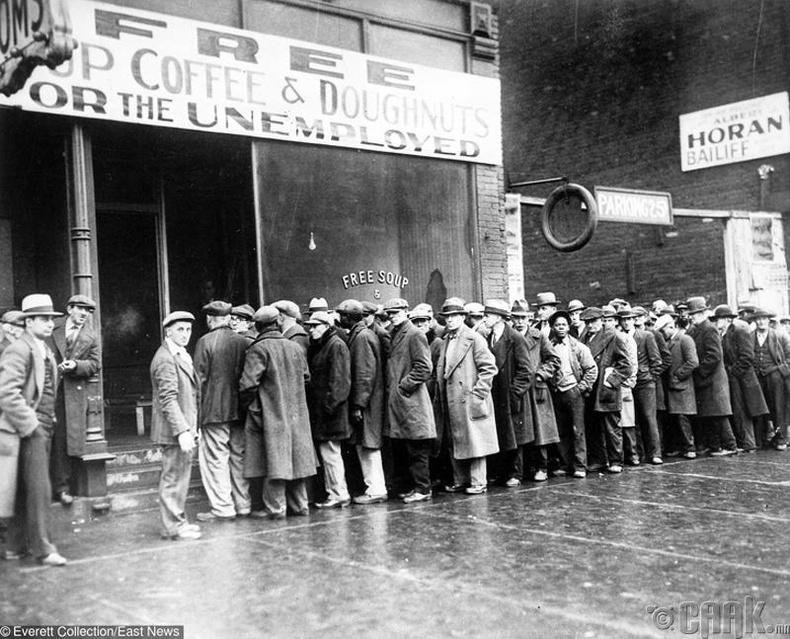Цуутай мафийн толгойлогч Ал Капоне их хямралын үеэр хүмүүст үнэгүй хоол өгч байгаа нь - 1931 он