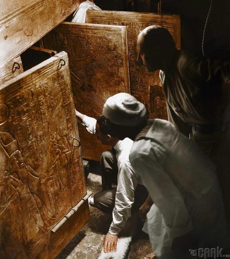 Археологичдын баг эртний Египетийн Тутанхамон хааны бунханг нээж үзэж байгаа нь - 1922 он