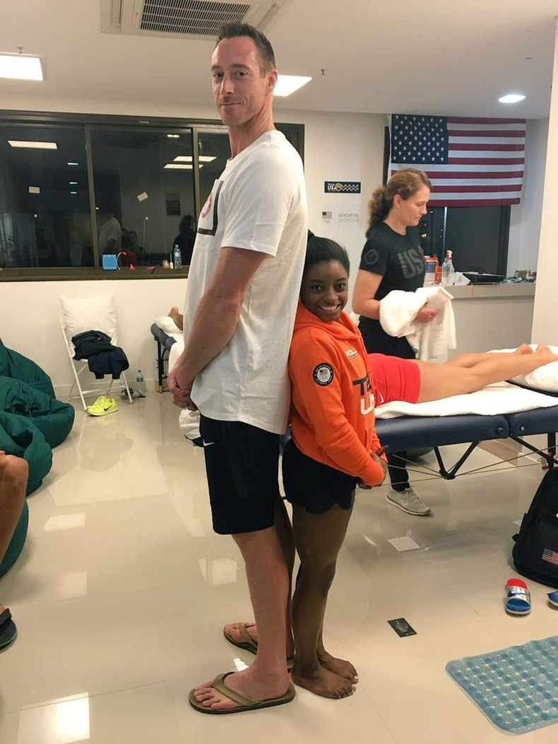 206 см өндөр волейболын тамирчин Дэвид Ли, 145 см өндөр гимнастикч Симоне Байлз хоёр