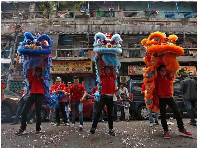Энэтхэг: Хятад иргэд 2016 оны 2-р сарын 8-ны өдөр Колката хотод шинэ жилийн баярыг тэмдэглэх арга хэмжээнд оролцож байхдаа арслангийн бүжиг хийж байна