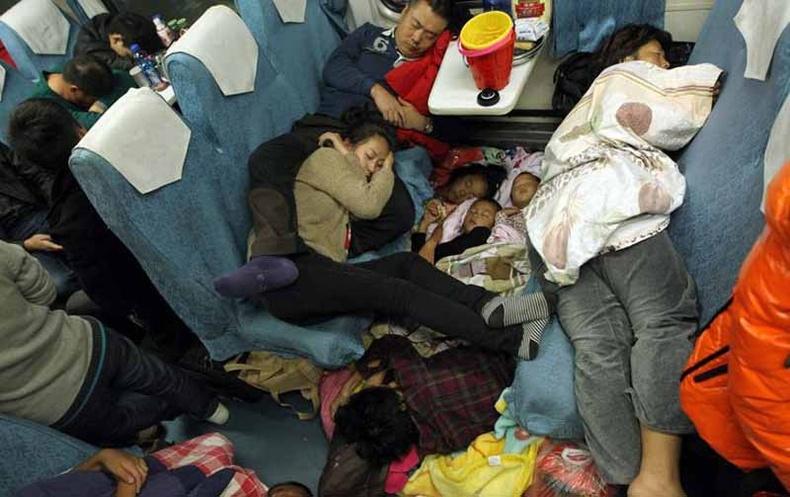 Хол замд галт тэргээр зорчигсод нойр авахын тулд орон зай бүрийг ашиглана