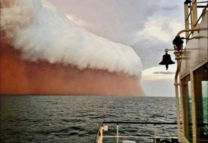Австралийн эргээс боссон шороон шуурга