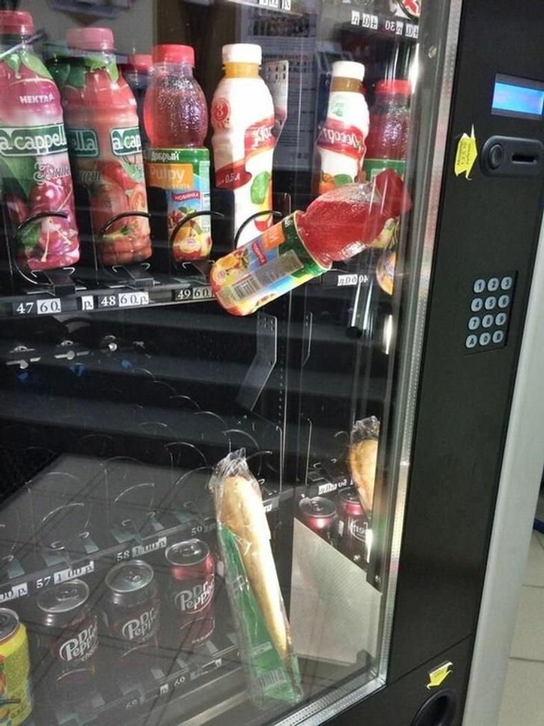 Автомат машинаас талх авах гэтэл гацаж дотроо үлдсэн тул нэмж ундаа авсан нь.