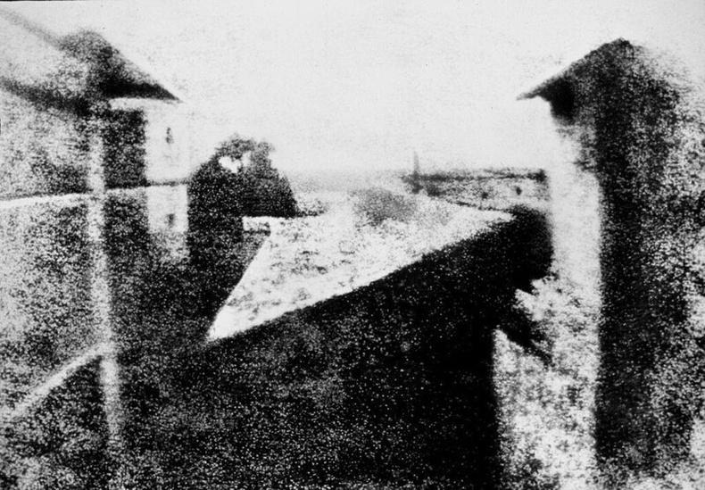 Хамгийн анхны гэрэл зураг: Le Gras дахь цонхны цаанаас харагдах байдал (1826)