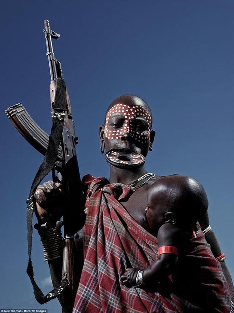 AK47 барьсан Этиоп бүсгүй