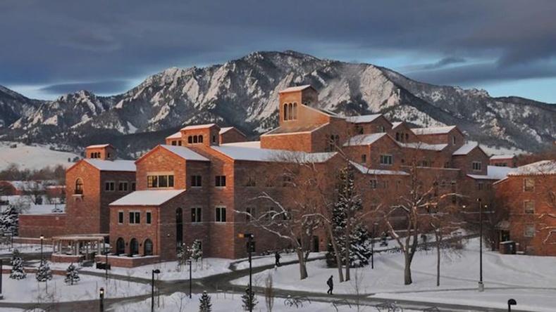 Байгалийн үзэмж, өвөрмөц барилга хосолсон Колорадогийн Боулдерийн их сургууль