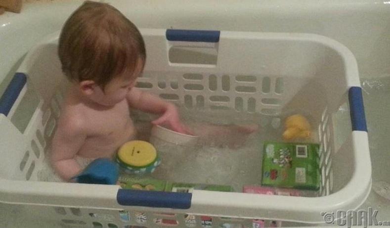 Угаалгын сагсыг хүүхдийг усанд оруулах онгоц болгож ашиглах
