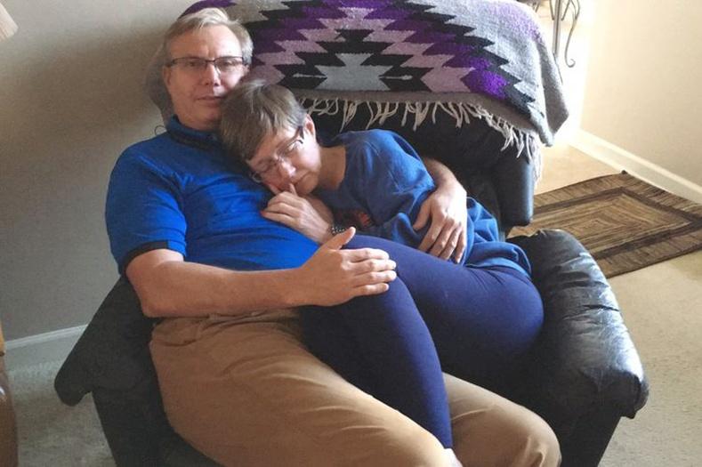 34 жил ханилж байгаа эхнэр нь зөнөглөх өвчний сүүлийн шатанд оржээ. Өөрийн нэрээ байнга санаад байдаггүй ч тэрээр үргэлж аюулгүй, хайртай хүн нь дэргэдээс холдохгүй гэдгийг мэднэ.