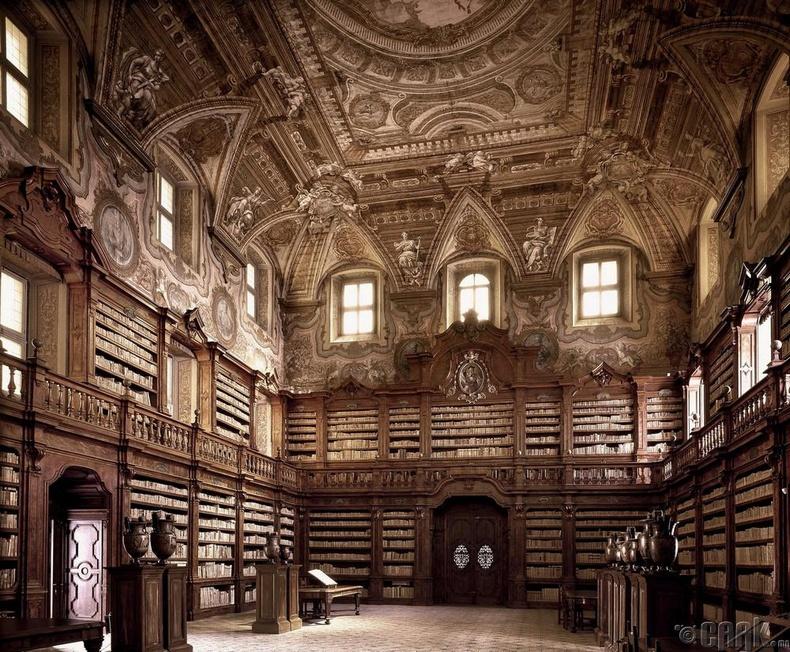 """""""Гироламини"""" номын сан, Неаполь, Итали"""