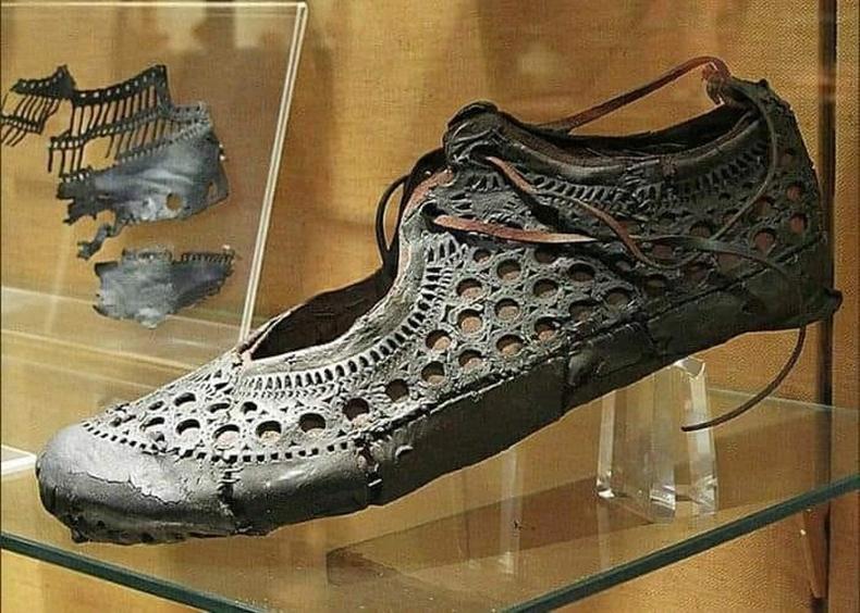 2000 жилийн өмнө амьдарч байсан хатагтайн дэгжин гутал Германы нутаг дахь эртний Ромын худаг дотроос олджээ