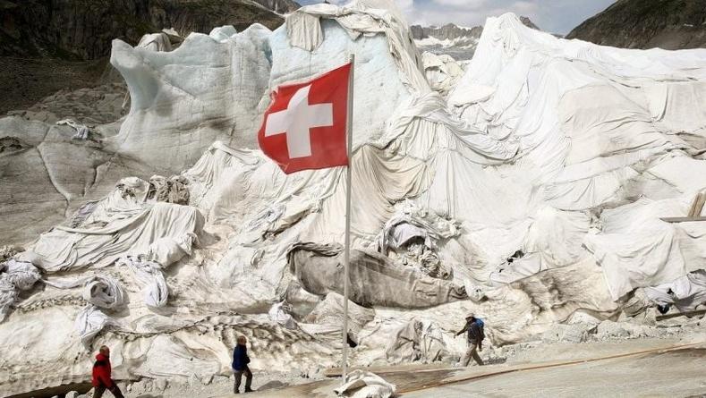 """Швейцарьчууд Альпийн мөсөн голуудаа яагаад """"хөнжил""""-өөр бүтээдэг вэ?"""