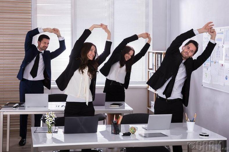Ажлын байран дээрээ ч дасгал хөдөлгөөнийг чухалчилдаг