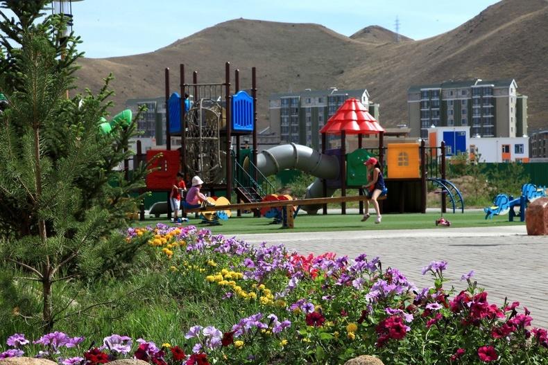 Оршин суугчдад зориулсан, авто замаас хол, аюулгүй орчинг бүрэн хангасан хүүхдийн тоглоомын талбай