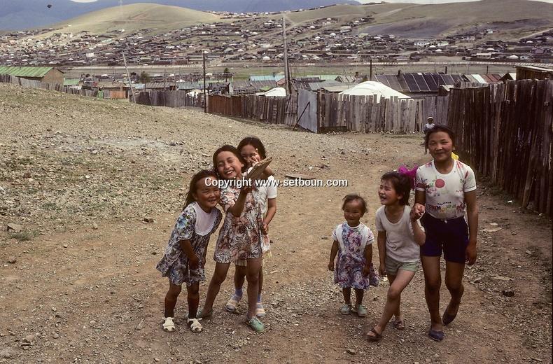 Гэр хорооллын багачууд, 1992 (Мишель Сетбун)