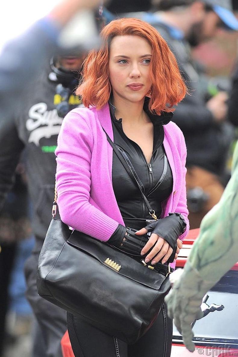 Скарлетт Иоханссон (Scarlett Johansson) картын бараагаар өл залгуулдаг байв
