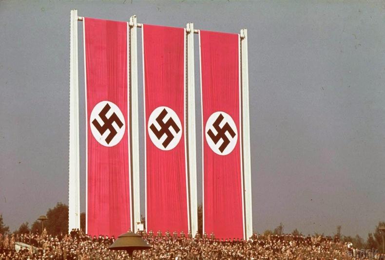 Нацист намын их хурлын үеэр өлгөсөн далбаа - 1938 он