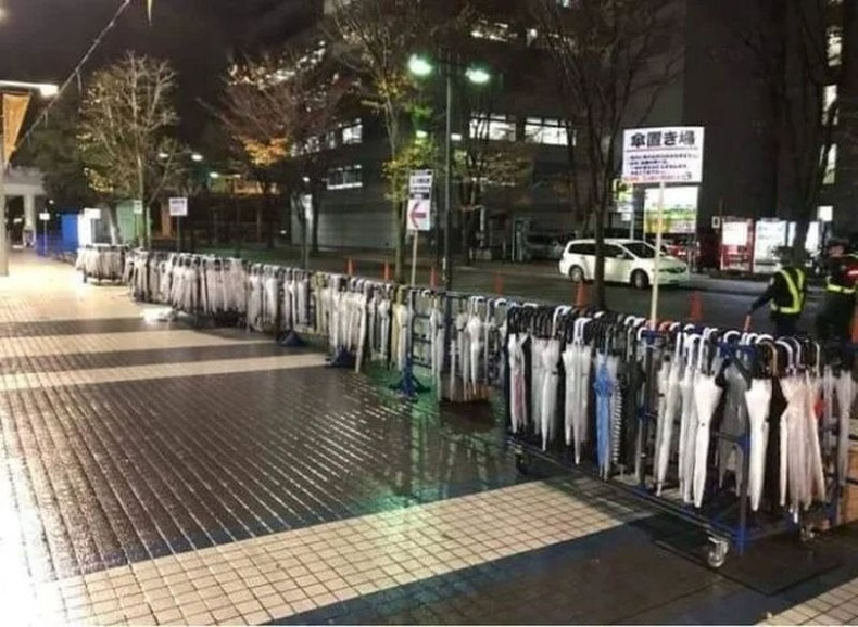 Японы гудамжуудад бороо орох үед шүхэр аваад явах боломжтой өлгүүр байрлуулсан байдаг.  Шүхрээ хэрэглэснийхээ дараа хамгийн ойр орших ижил өлгүүр дээр үлдээх ёстой.