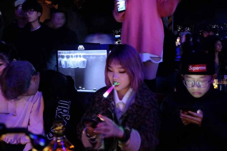 Шөнийн клубт охид залуус амандаа чийдэн зуучихсан сууж харагддаг. Царайгаа харуулах, бусдын анхаарлыг татахын тулд тэр бололтой.