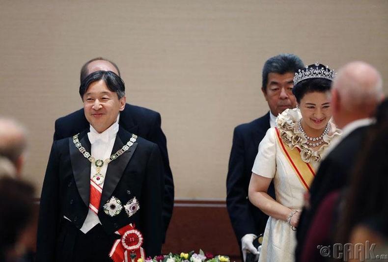 Ийнхүү Япон улсын шинэ хаан Нарухито сэнтийдээ заларчээ