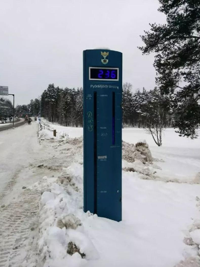 Финландад хүмүүсийг дугуйтай явахыг засгийн газраас нь дэмждэг. Энэ төхөөрөмж тус замаар хэдэн хүн дугуйтай явж өнгөрснийг харуулж байна