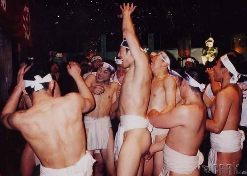 Нүцгэн эрчүүдийн тулаан, Япон